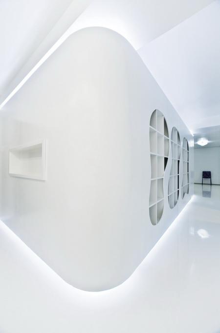 couloir blanc avec étagères intégrées dans le mur