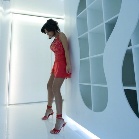 Une jeune femme sexy en robe rouge dans un appartement design
