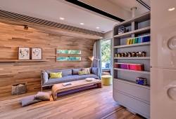 Un appartement avec des meubles sur mesure