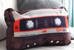 Le match des coussins rétros : Cassette audio vs Téléviseur vintage