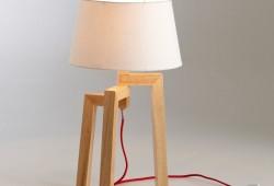 Pied de lampe en bois avec un fil rouge contrastant pas cher