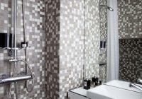 Petite salle de bain dans un minuscule appartement