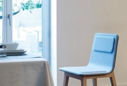Chaise Laia by Alki, une chaise design en bois et feutre