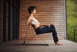Asseyez-vous sur une feuille de métal avec la chaise en acier Latina lounge chair !