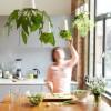Déco green : Vive les pots de fleurs suspendus au plafond !