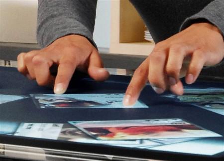 zoom avec les doigts sur la table tactile Microsoft Surface